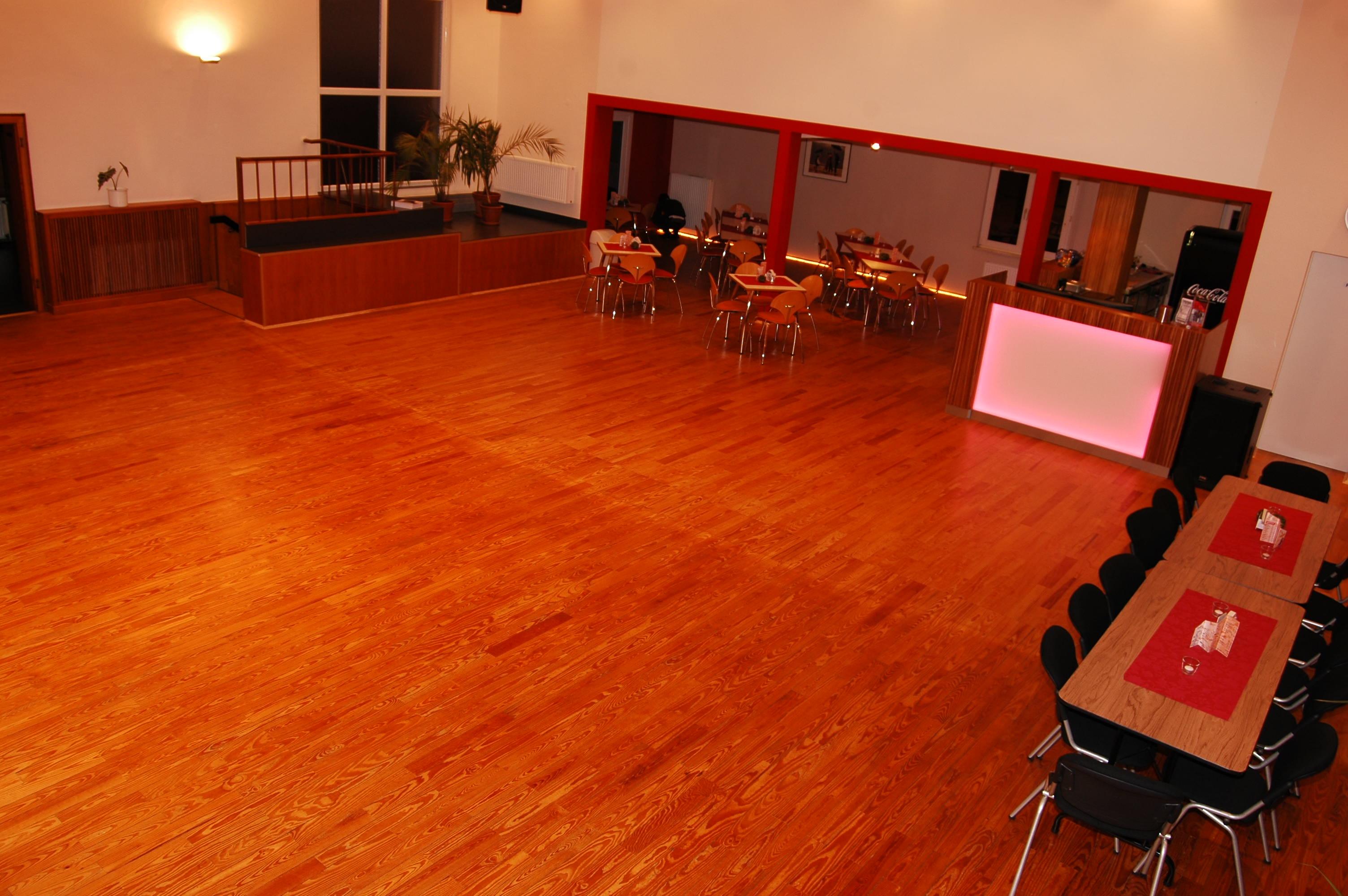 Blick aus dem grossen Tanzsaal in den Gastrobereich